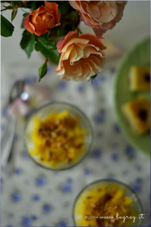 yogurt greco, mango e mandorle