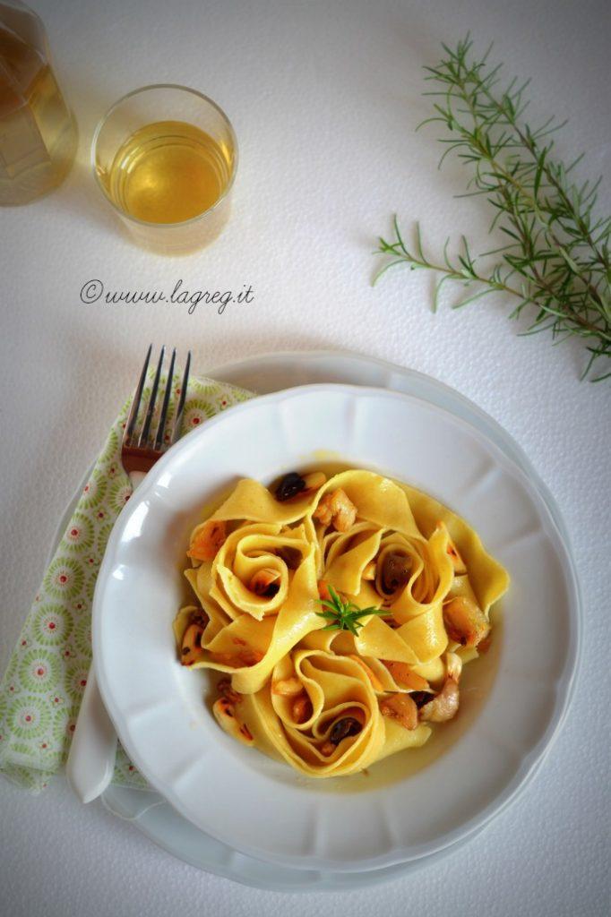 pappardelle-al-ragu-bianco-di-coniglio-mandorle-e-olive-2