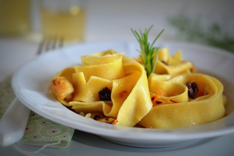 pappardelle-al-ragu-bianco-di-coniglio-mandorle-e-olive-4